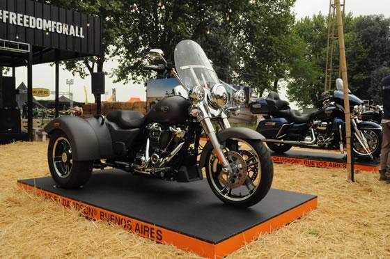 bf8c5f56db3 La comodidad en marcha de la Harley-Davidson Freewheeler se debe a sus  suspensiones de alta gama y un fácil ajuste de precarga.